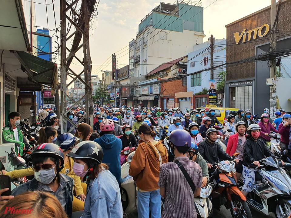 Sáng 16/2, con đường Tô Hiến Thành (quận 10, TPHCM) đã đông nghẹt người dân đến mua khẩu trang y tế, do trước đó một cửa hàng tại đây thông báo 7g30 hôm nay sẽ bán khẩu trang y tế và nước rửa tay cho mọi người.