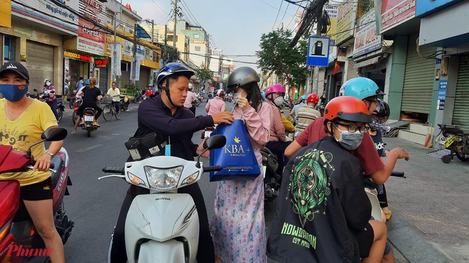 Lúc này, một số người khác vẫn đang tìm địa chỉ cửa hàng vì trên thông báo là 134/1 Tô Hiến Thành, nhưng cửa hàng nằm sâu trong hẻm Nguyễn Giản Thanh.