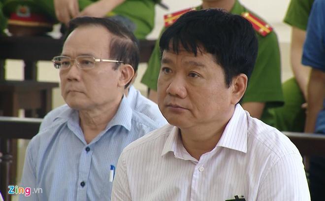 Ông Đinh La Thăng (phải) tại phiên tòa vụ PVN mất 800 tỉ diễn ra năm 2018 - Ảnh: P.D