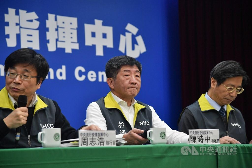 Bộ trưởng Y tế Đài Loan Chen Shih-chung (giữa) xác nhận ca tử vong đầu tiên vì COVID-19 tại hòn đảo trong buổi họp báo của Trung tâm chỉ huy dịch bệnh trung ương (CECC) vào ngày 16/2.
