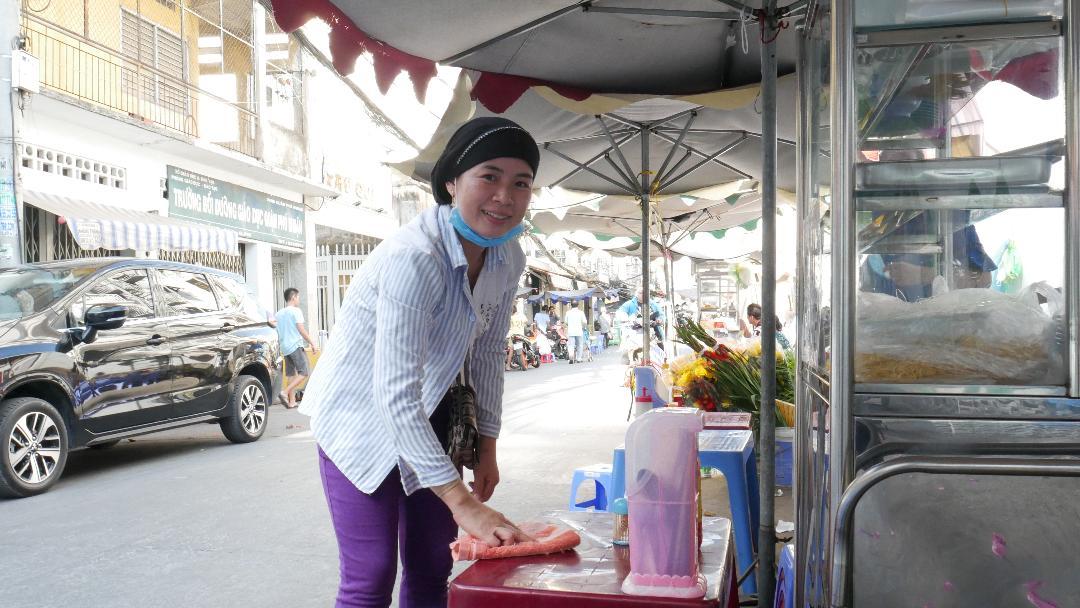 Ngoài bán nước giải khát buổi sáng, chị Ây Sah còn tranh thủ bán hủ tíu buổi chiều để có tiền nuôi bốn đứa con