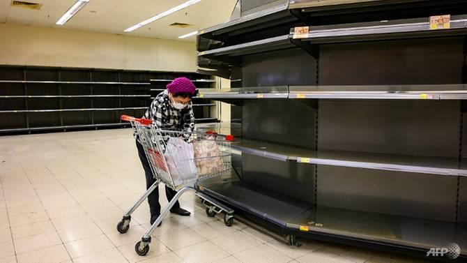 Quầy hàng tại một siêu thị ở Hồng Kông bị vét sạch hôm 6/2.