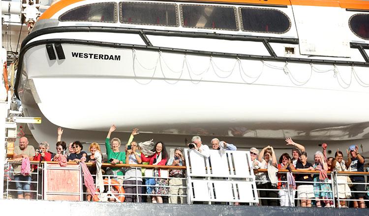 Thủ tướng Campuchia Hun Sen đón tiếp hành khách và thủy thủ đoàn từ tàu Westerdam hôm 14/2 sau khi các thủ tục xét nghiệm y tế cho thấy không ai nhiễm COVID-19 trên tàu.