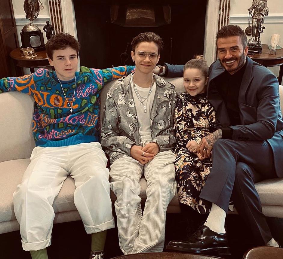 Đây dĩ nhiên không phải là lần đầu gia đình đến show thời trang của bà Beck - Victoria Beckham. Tuy nhiên, mỗi lần xuất hiện, mọi sự chú ý đều đổ dồn về David Beckham và các con. Khán giả để ý về trang phục, về thái độ khi xem show và tất tần tật những cử chỉ mà những đứa trẻ lẫn cựu cầu thủ biểu hiện trong suốt thời gian show diễn ra.