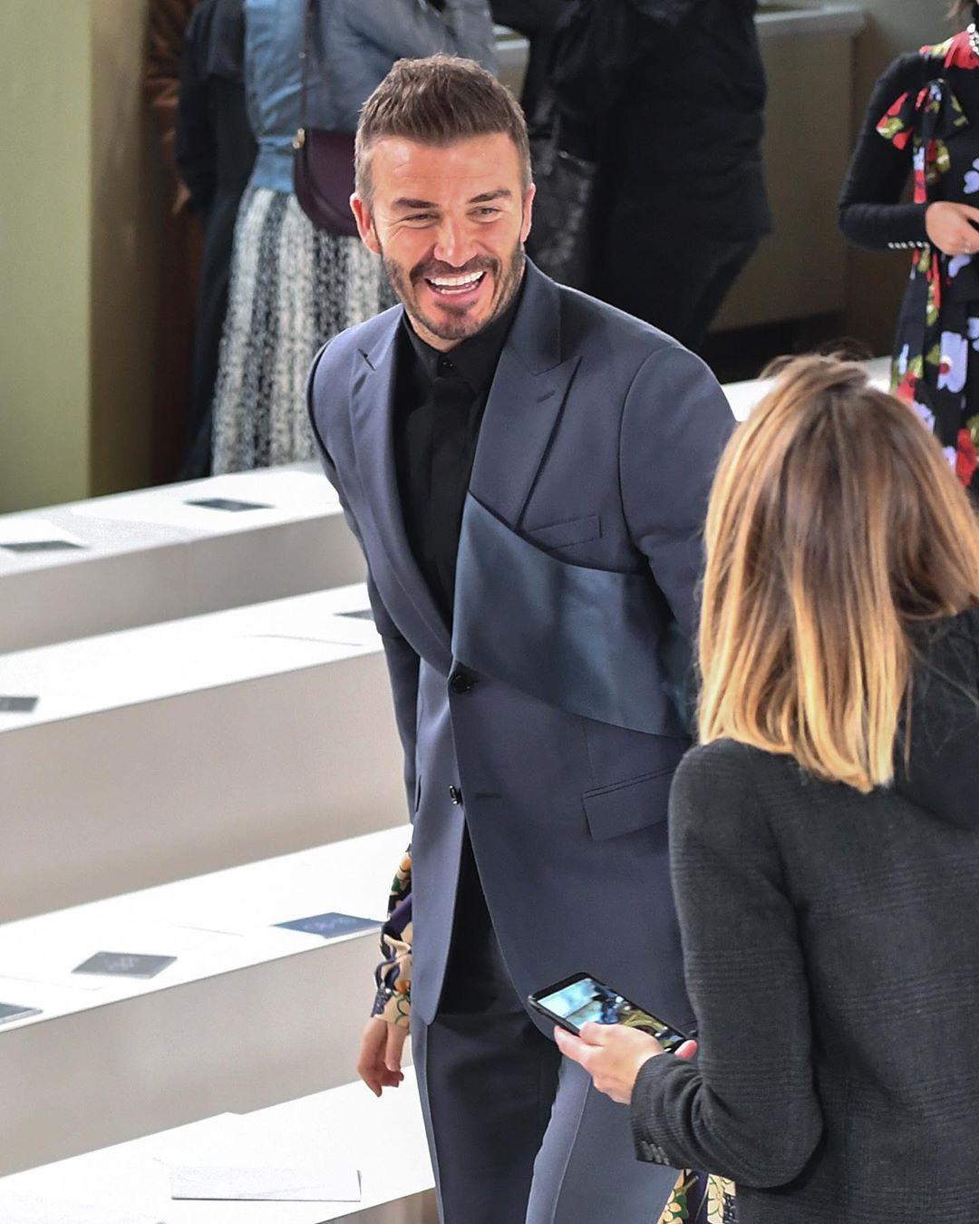 David Beckham diện trang phục vest lịch lãm, có phần cách điệu ở vạt áo bên trái.