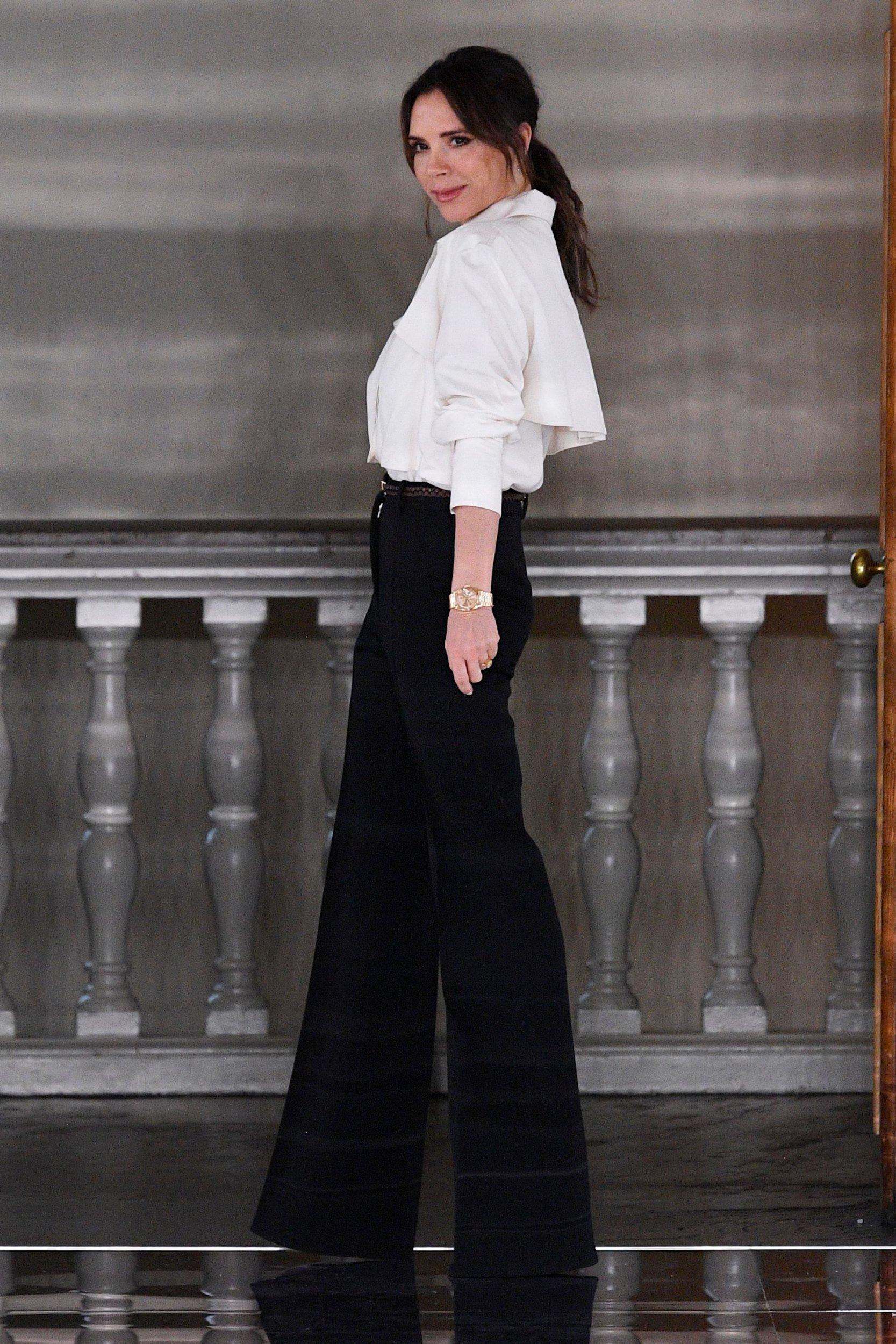 Victoria Beckham xuất hiện trên sàn diễn trong cuối bộ sưu tập để chào khán giả. Suốt 11 năm qua, thương hiệu thời trang của bà Beckham không thật sự thuận lợi, thậm chí con số thua lỗ không hề nhỏ nhưng luôn được chồng hậu thuẫn về tài chính.