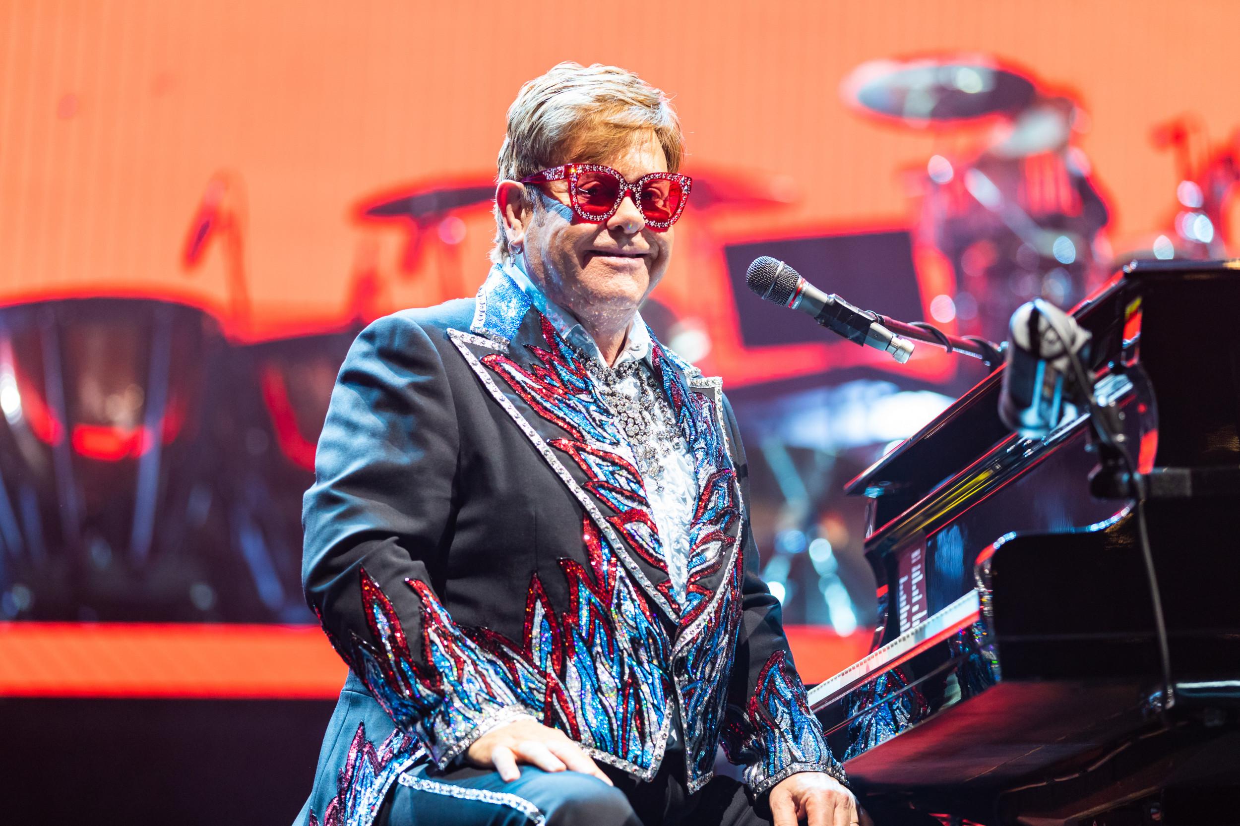 Hình ảnh Elton John trên sân khấu luôn gắn với đàn piano.