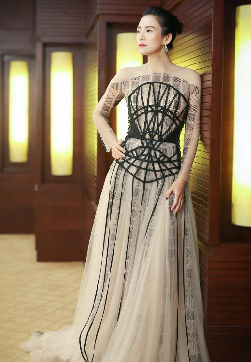 Cô yêu thích những chiếc váy có chất liệu mềm mại như vải tuyn, lụa… khi xuất hiện trong các sự kiện.
