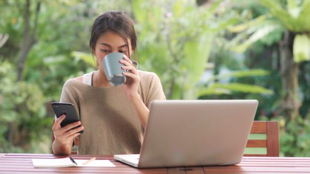 Vợ bỗng dưng có sự thay đổi và chăm chú tương tác với người lạ trên smartphone (điện thoại thông minh). Ảnh minh họa