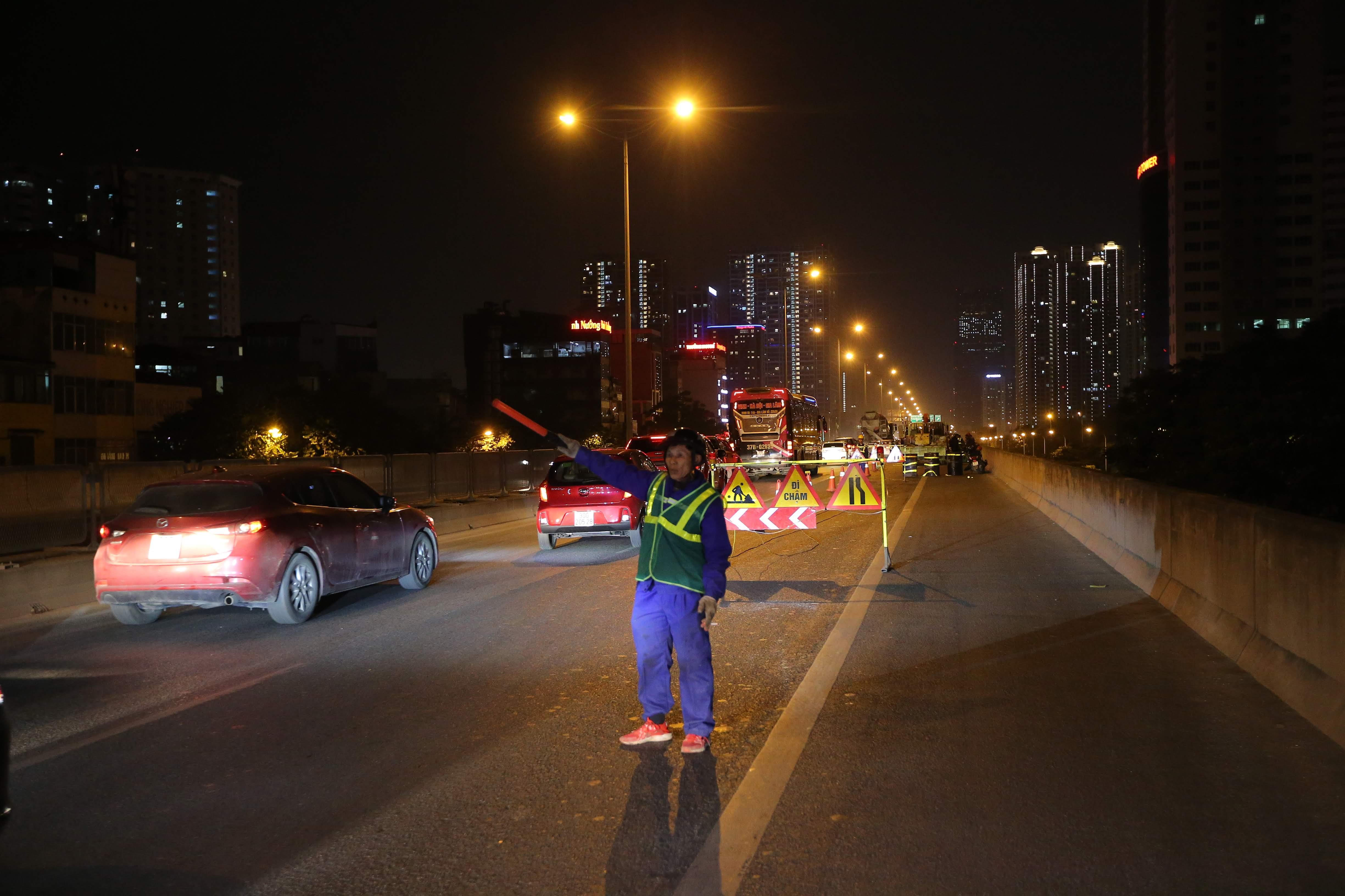 Theo ghi nhận của PV, từ đêm ngày 17/2, từ đêm 17/2, đường vành đai 3 trên cao (đoạn từ Ngã tư Khuất Duy Tiến đến cầu Dậu) bắt đầu được công nhân sửa chữa, thay thế các thanh co giãn trên đường.