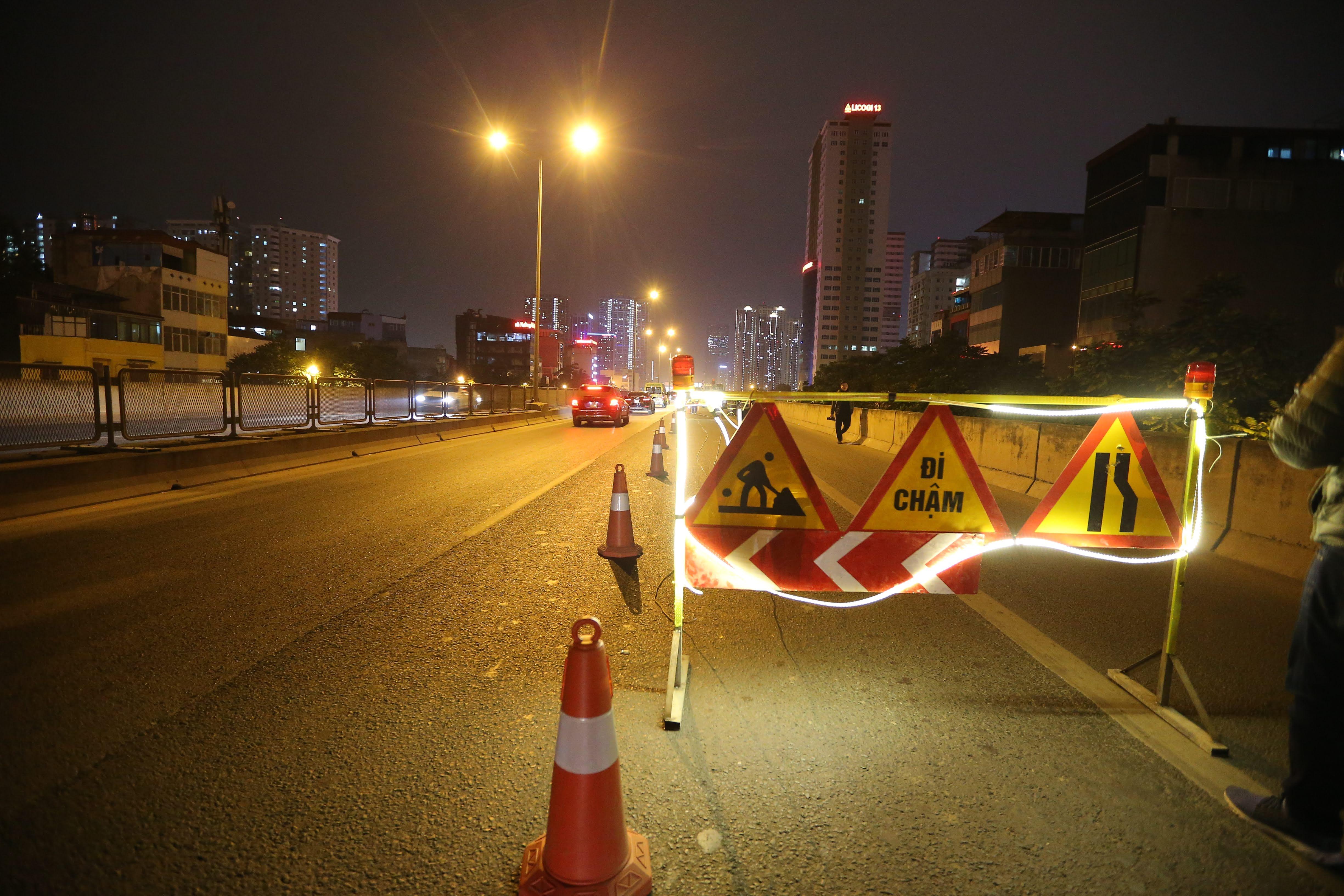 Một nửa làn đường mỗi bên được chắn lại để phục vụ việc thi công. Tuy nhiên, nhiều người nhận định dù làm đêm nhưng vẫn rất nguy hiểm vì nhiều xe di chuyển tốc độ cao vào ban đêm.