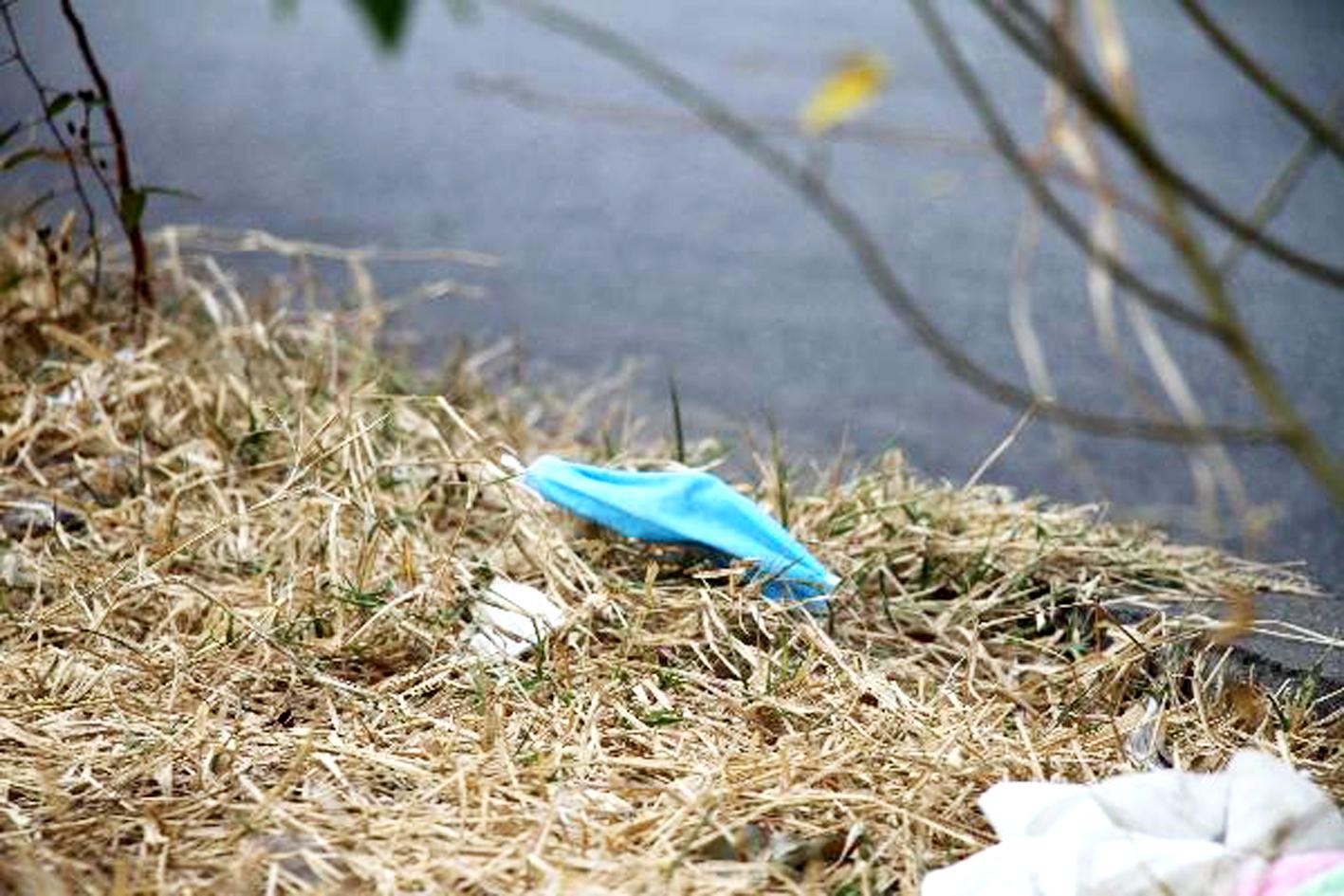 Khẩu trang y tế bị vứt bừa bãi rất có thể là nguồn lây lan dịch bệnh