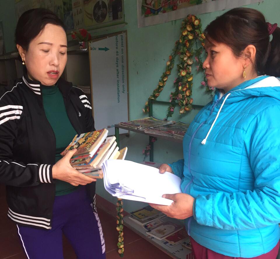 Các giao viên gop tài liệu, sách truyện để phân chia phát cho học trò