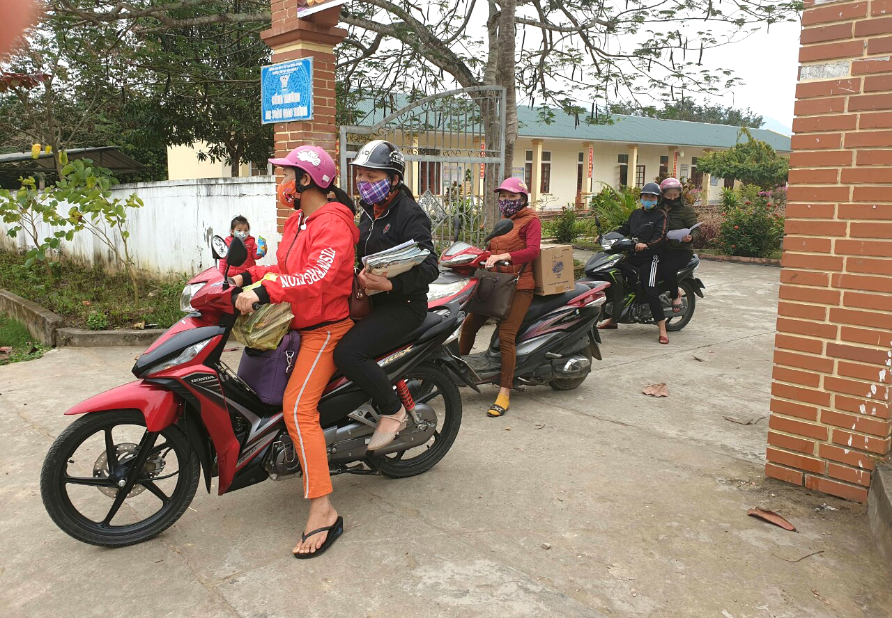 Các cô Trường tiểu học Tam Quang 2 chở sách, bài tập vượt gần 20km tới nhà từng học sinh