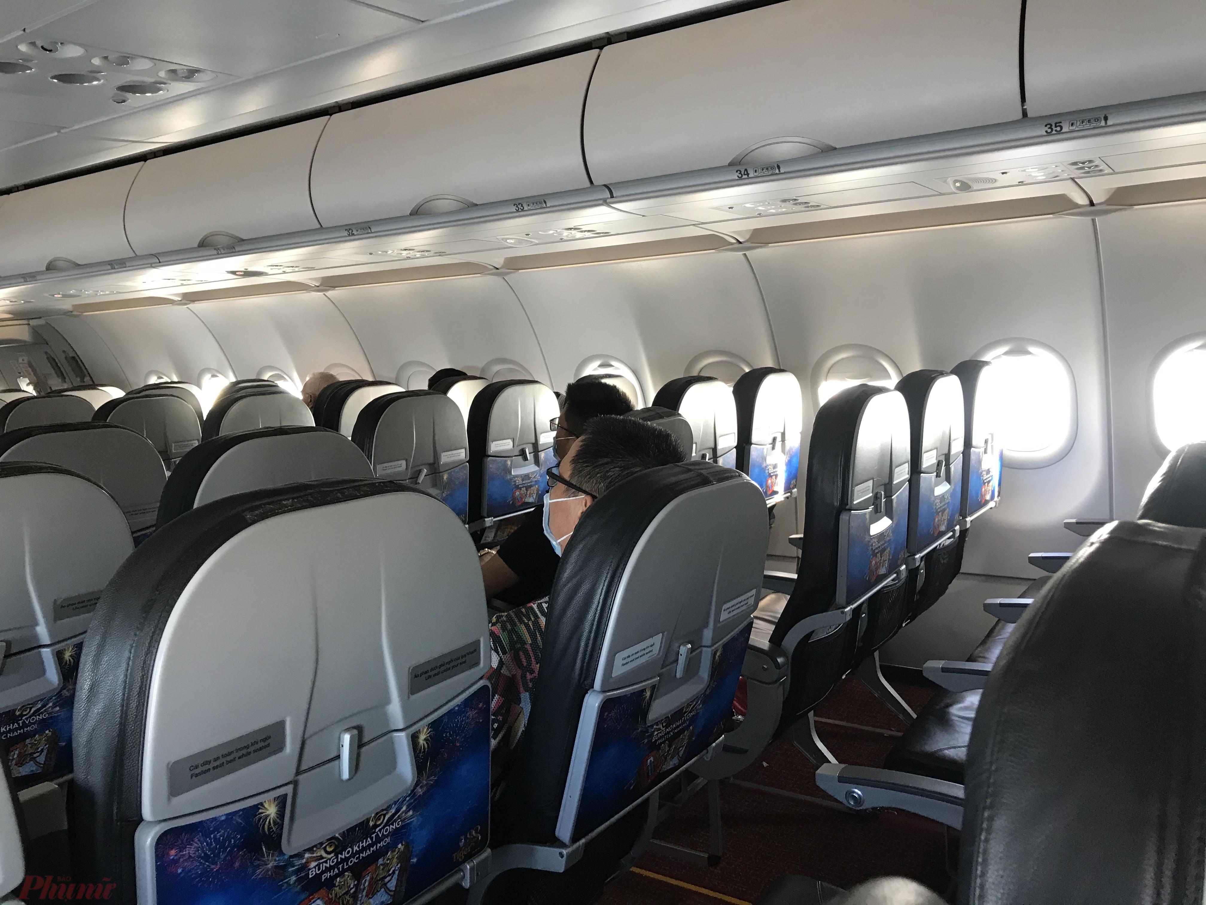Một chuyến bay của Vietjet Air khá thưa khách trong đợt dịch COVID-19. Ảnh: Quốc Thái