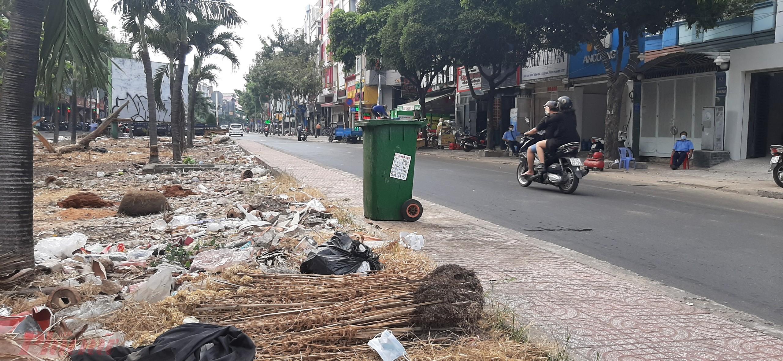 Ở khu vực công viên dải phân cách khu phố nhà giàu Phan Xích Long, Quận Phú Nhuận, dù có thùng rác công cộng, thế nhưng, dưới đất, có rất nhiều loại rác thải, trong đó có khẩu trang y tế bị thải vứt bỏ