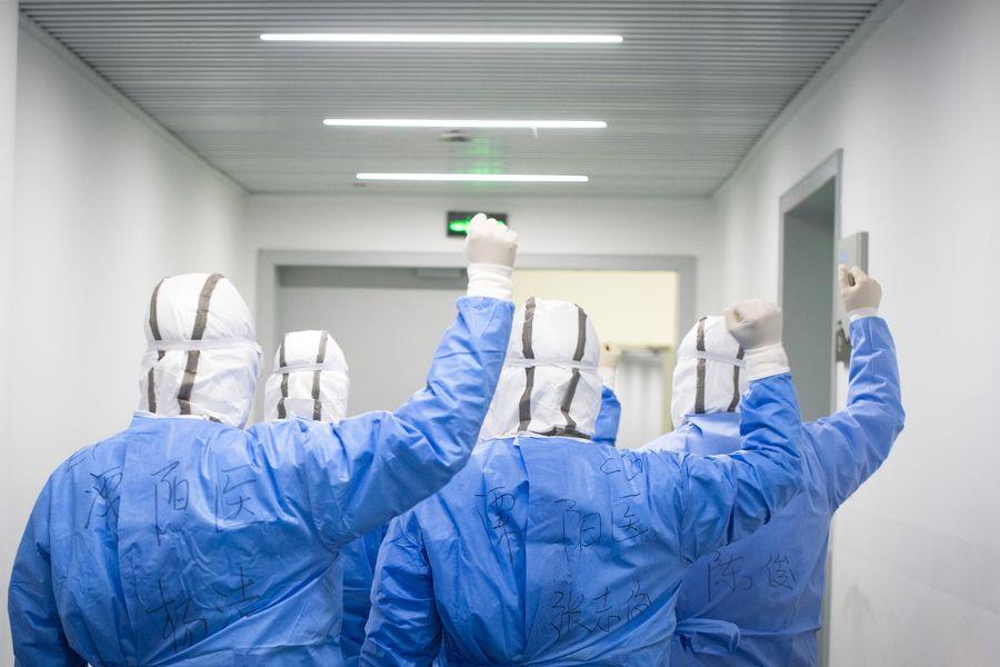 Những anh hùng vô danh giữa sự bùng phát coronavirus chắc chắn là các bác sĩ và nhân viên y tế, những người liều mạng mỗi ngày để cứu lấy sinh mệnh của vô số người khác.