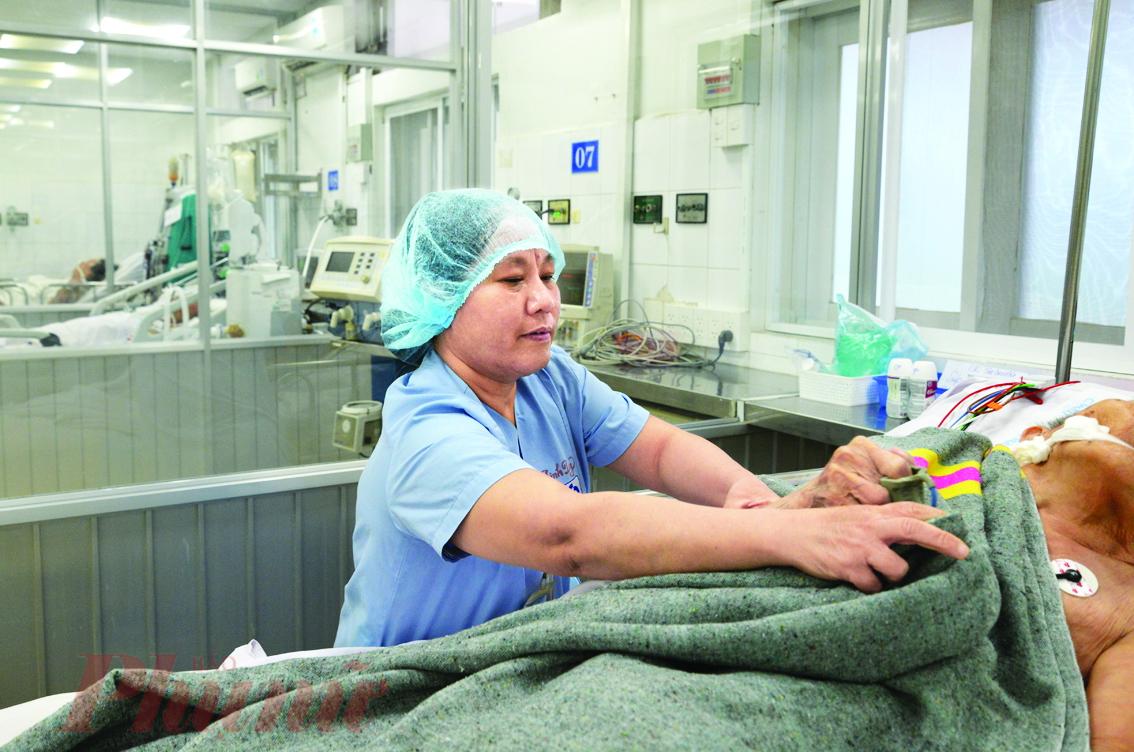 Nữ điều dưỡng Hồ Linh Duy đang chăm sóc cho người bệnh tại Khoa Hồi sức tích cực và Chống độc, Bệnh viện nhân dân Gia Định