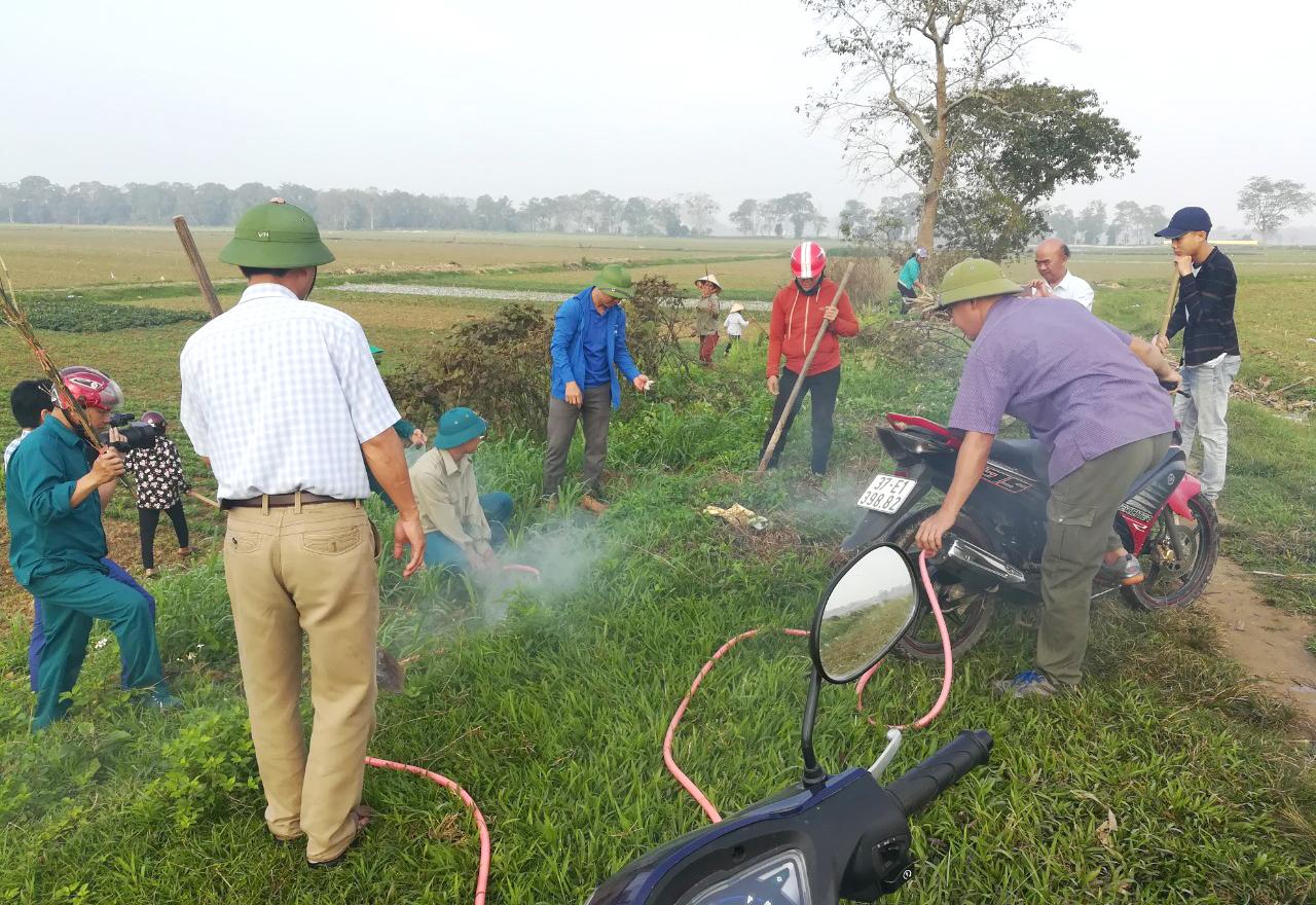 Người dân xã Thanh Lương dùng khói xe máy để bắt chuột