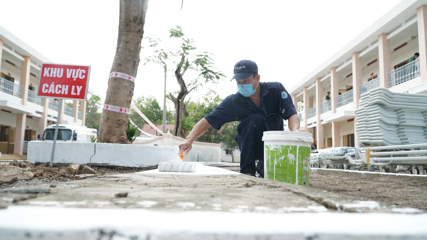 Quân nhân đang phun khử trùng và quét sơn phân định khu vực cách ly tại Bệnh viện Dã chiến TPHCM