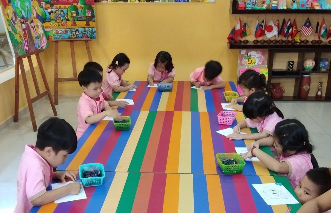 Học sinh nghỉ học dài ngày nhiều trường tư gặp khó khăn do chỉ có chi mà không có thu.