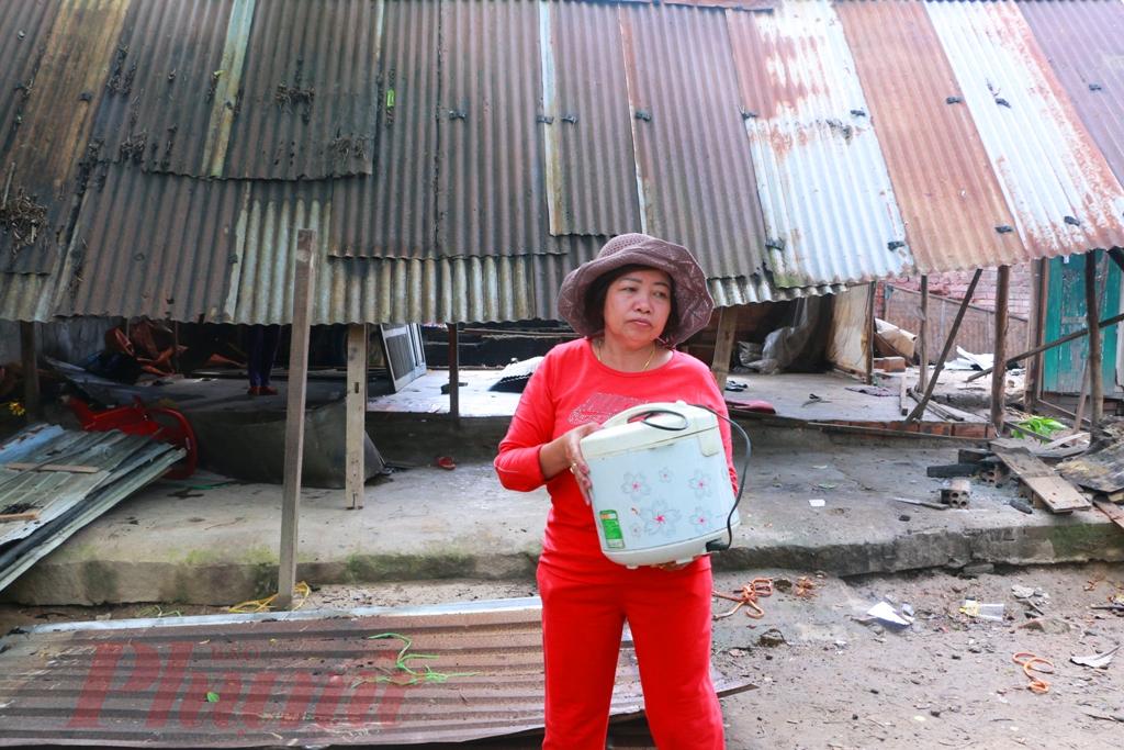 Cững giống như bà Nở, gia đình Nguyễn Thị Mai ở địa chỉ 74 Ông Ích Khiêm sáng hôm nay cũng tháo dở nhà với tâm trạng buồn vui, lẫn lộn