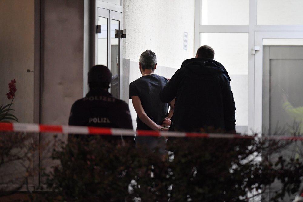 Cảnh sát còng tay một người đàn ông gần hiện trường vụ nổ súng ở Hanau đầu ngày 20/2 - Ảnh: AP