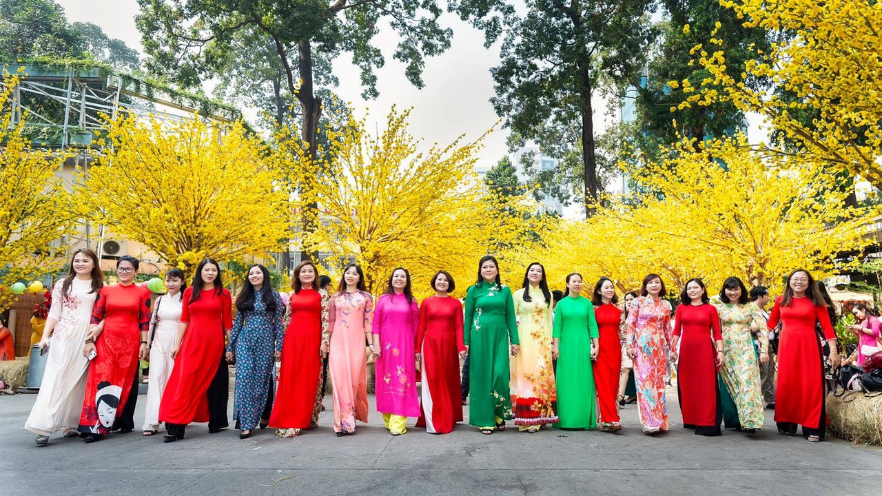 Chị em cán bộ, hội viên phụ nữ quận 3 xúng xính áo dài xuống phố.
