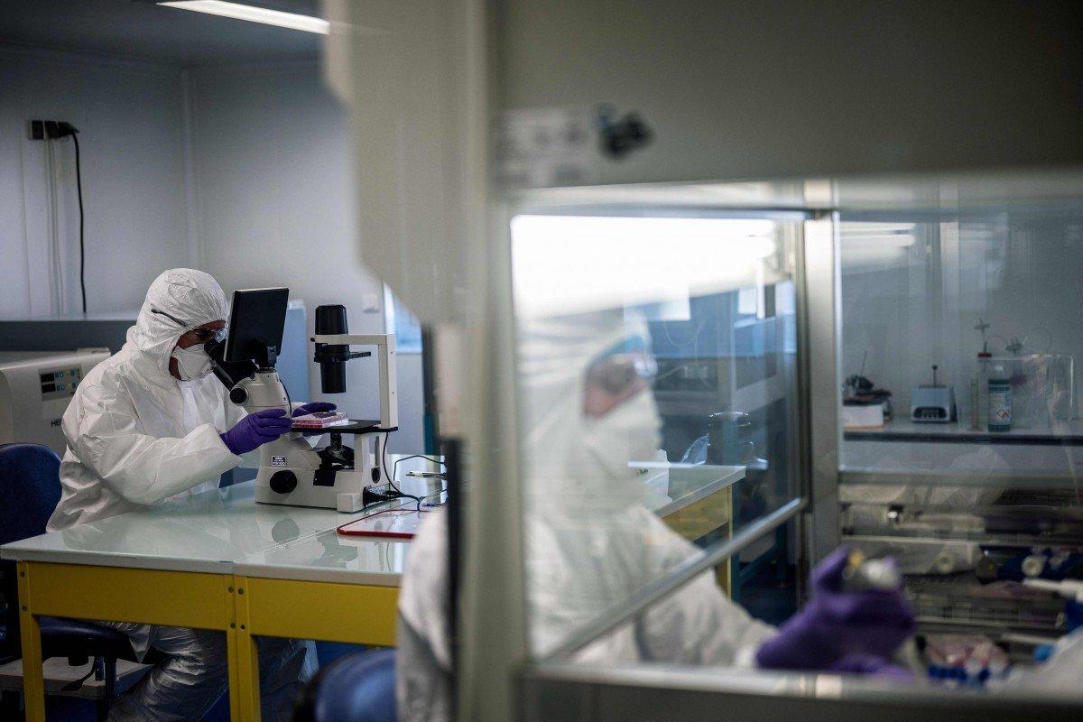 Các nhà khoa học tại phòng thí nghiệm trường đại học VirPath ở Lyon (Pháp), nghiên cứu phương pháp điều trị coronavirus - Ảnh: AFP
