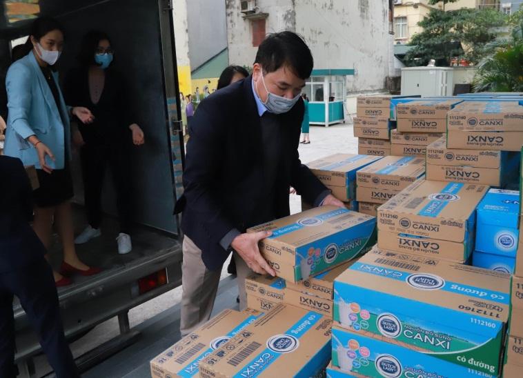 Hội LHPN Việt Nam tiếp nhận từ Sữa Cô Gái Hà Lan gần 50.000 hộp sữa tươi 30 thùng xà phòng rửa tay để chuyển đến vùng tâm dịch Sơn Lôi. Ảnh: FCV