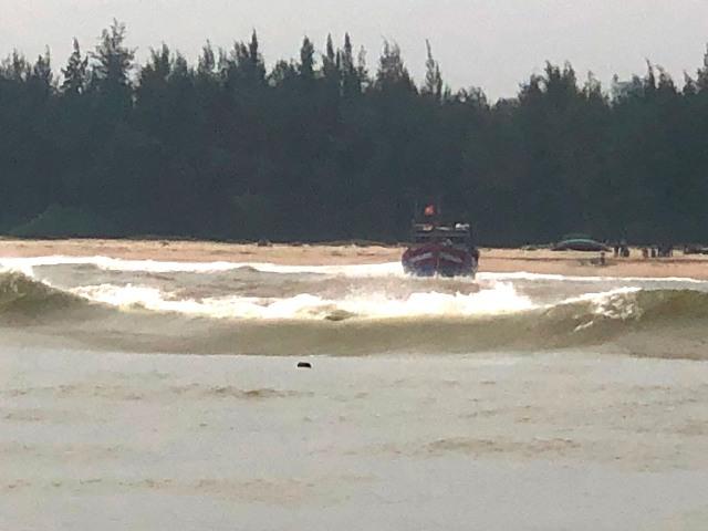 Tàu TTH 95138 TS mắc cạn do va phải vào đá khi về đến phao số 2 cửa biển Thuận An