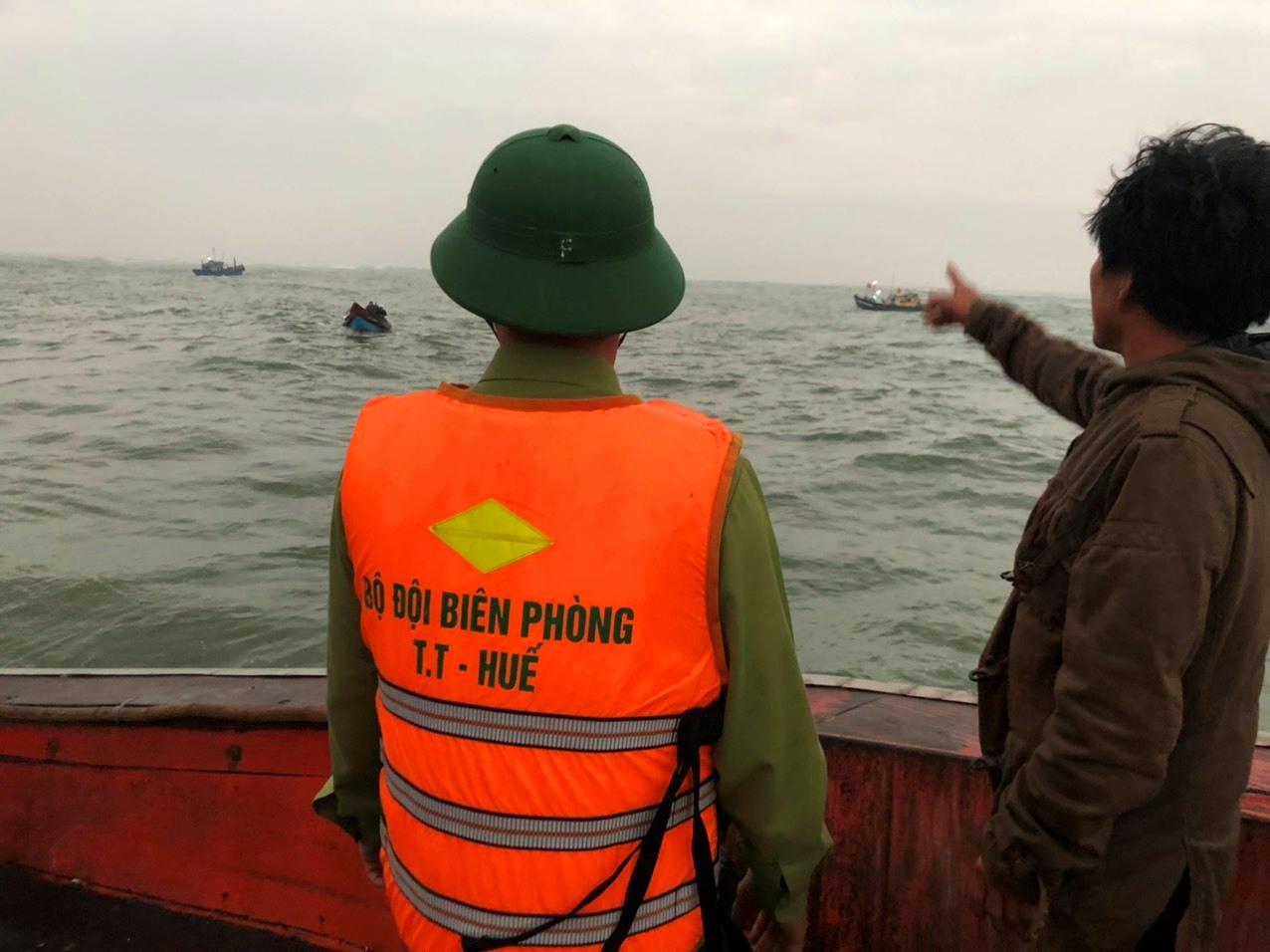 Đồn Biên phòng Cửa khẩu cảng Thuận An  nhanh chống đưa lực lượng cứu nạn, đưa 11 thuyền viên vào bờ an toàn