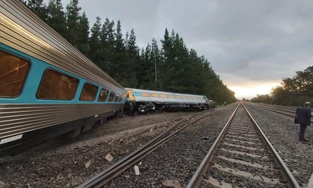 Một số toa tàu nằm nghiêng, vắt ngang đường ray sau tai nạn.