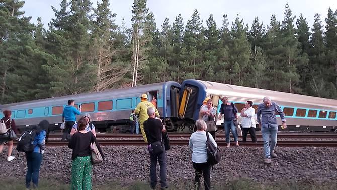 Hầu hết hành khách đều có thể tự bước ra khỏi toa tàu.
