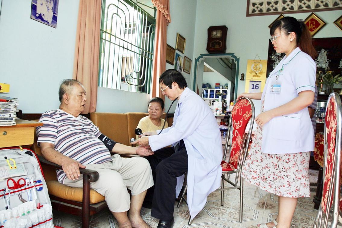 Một bệnh nhân đang được ê-kíp bác sĩ Bệnh viện Quận 2 khám tại nhà