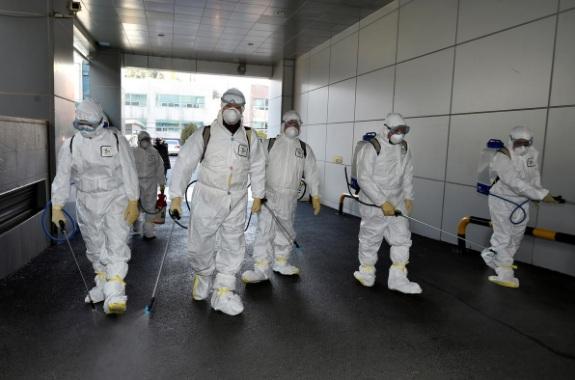 Nhân viên y tế tiến hành khử trùng khu vực trung tâm thành phố Daegu, nơi một nữ bệnh nhân được cho là đã lay truyền COVID-19 cho nhiều người khác.