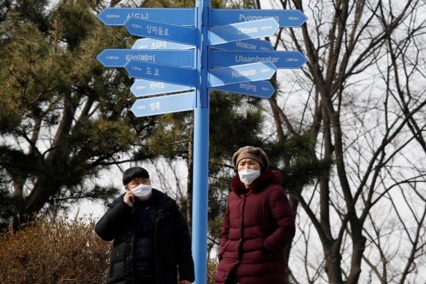 Người dân Seoul sử dụng khẩu trang để tránh nguy cơ lây nhiễm khi ra ngoài.