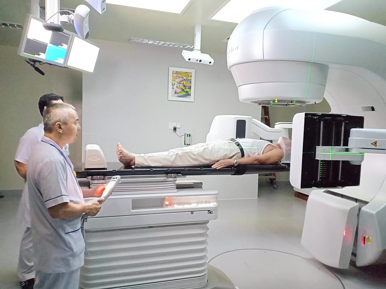 Một bệnh nhân ung thư vòm hầu đang được điều trị tại Bệnh viện Ung Bướu TP.HCM