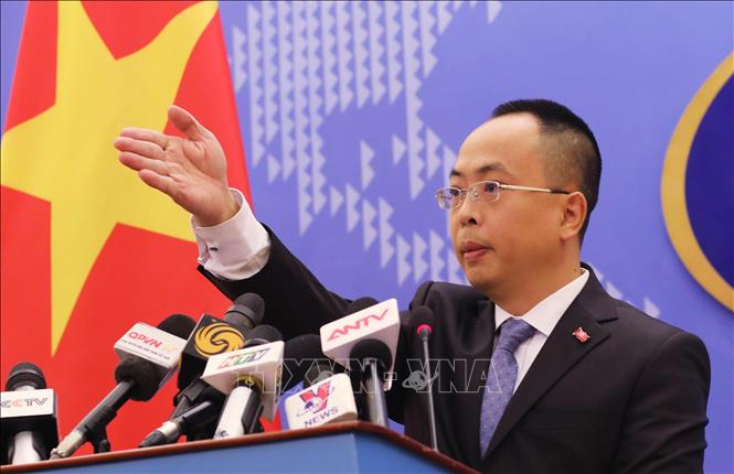 Phó Phát ngôn Bộ Ngoại giao Đoàn Khắc Việt mời các phóng viên đặt câu hỏi. Ảnh: Lâm Khánh/TTXVN