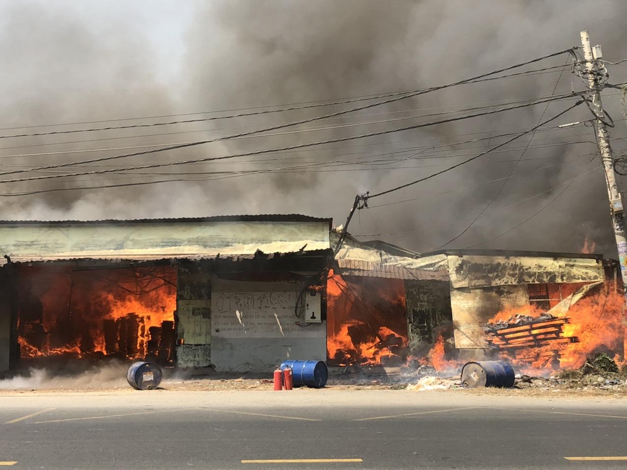 Khu xưởng bị ngọn lửa bao trùm giữa trời nắng gắt
