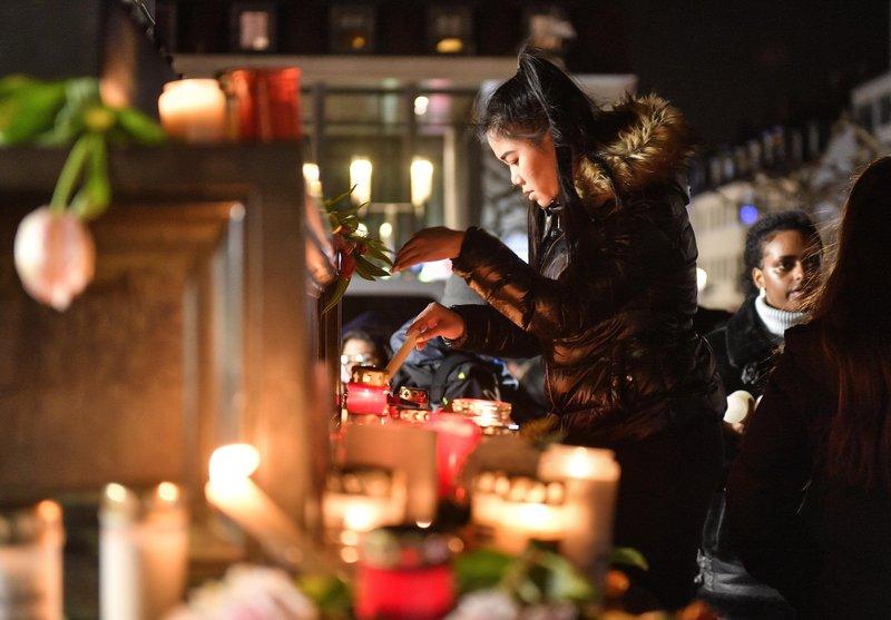 Người dân thắp nến tưởng niệm trong tang lễ dành cho các nạn nhân của vụ xả súng ở Hanau, Đức - Ảnh: AP