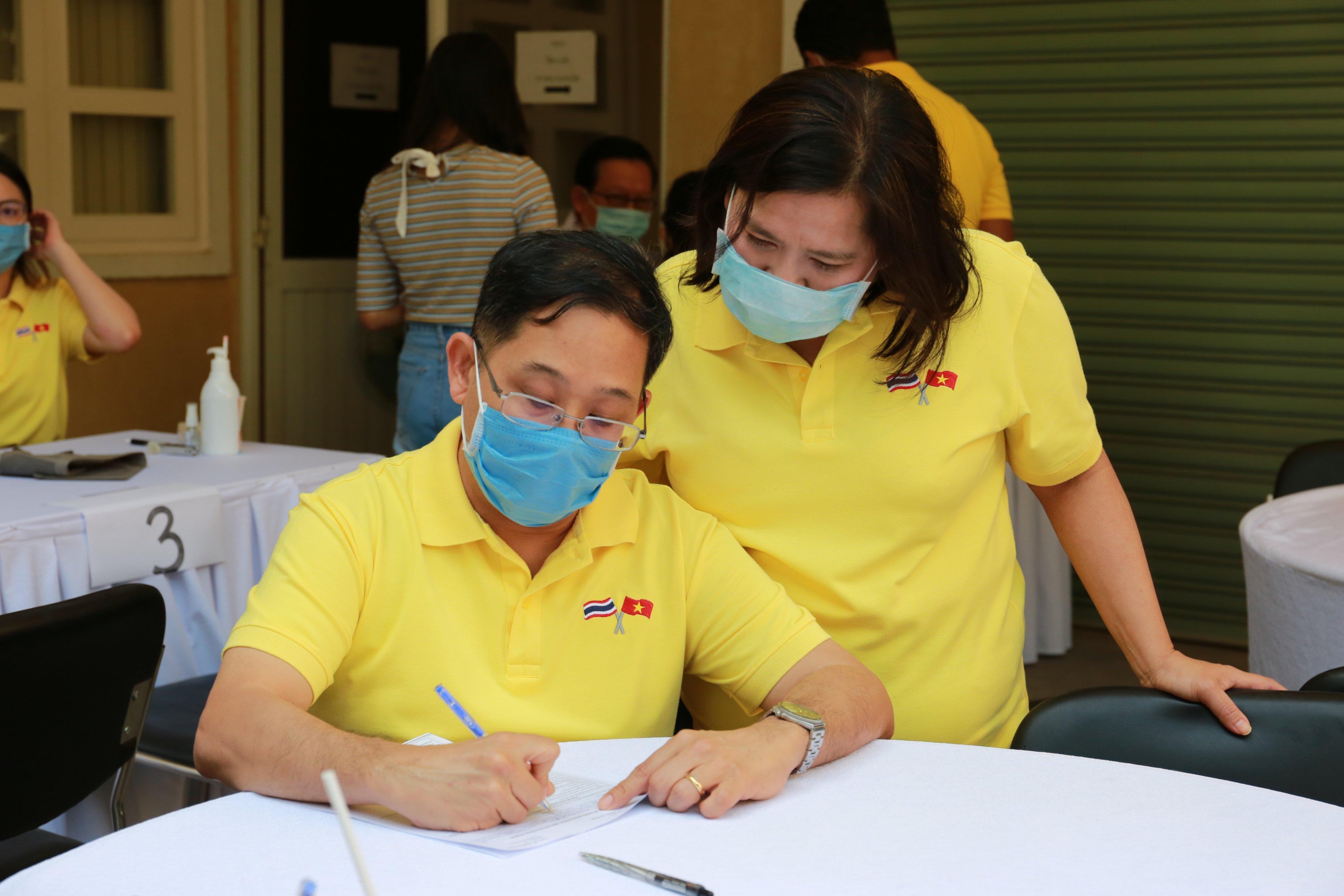 ông Apirat Sugondhabhirom - Tổng Lãnh sự Thái Lan tại TP.HCM  - đăng ký hiến máu.