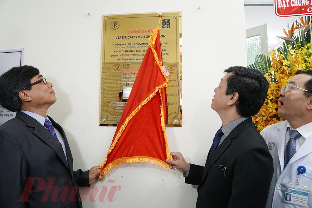 Khoa Thận nhân tạo của Bênh viện Chợ Rẫy TPHCM cũng là đơn vị đầu tiên của bệnh viện hạng Đặc biệt tại Việt Nam đạt chứng nhận ISO 9001:2015.