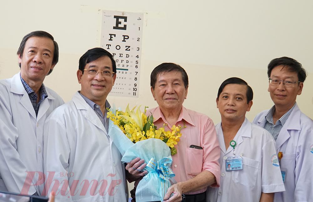 Ông Kiên tặng hoa cho các bác sĩ tại Bệnh viện Bệnh nhiệt đới, tỏ lòng biết ơn bệnh viện đã cứu chữa mình.