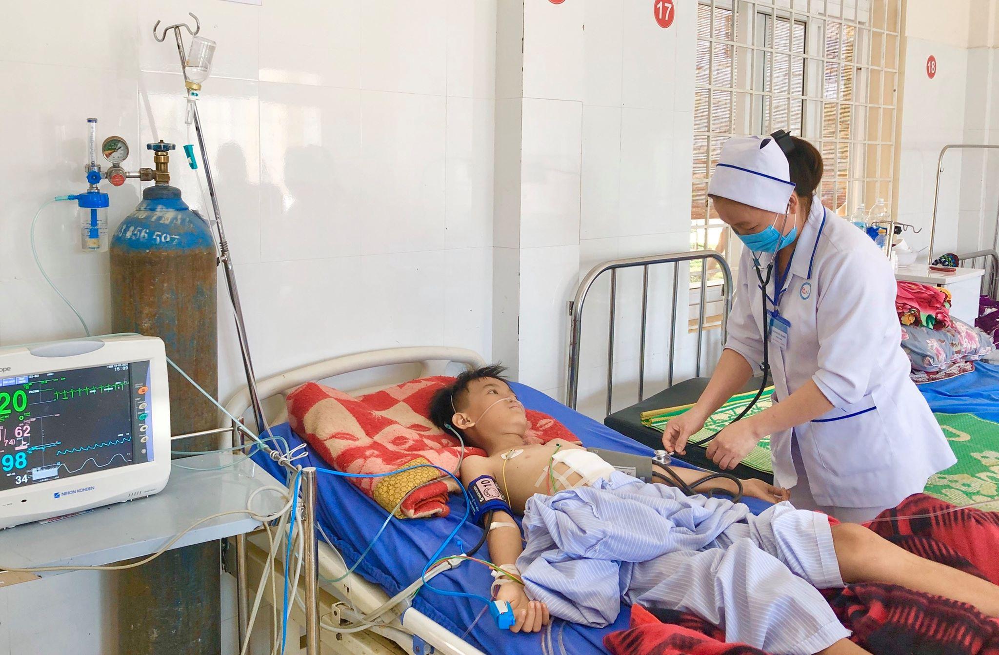 Cháu Hiển đang được điều trị sau phẫu thuật