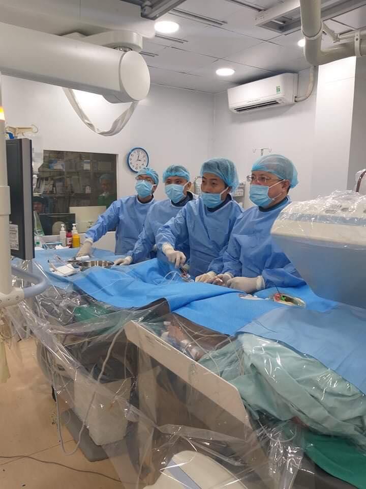 Các bác sĩ đang cấp cứu cho bệnh nhân nhồi máu cơ tim