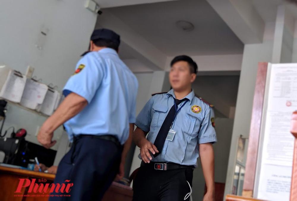Hai bảo vệ lên công an phường Bình An làm việc chiều 21/2 vì hành vi đánh trẻ em