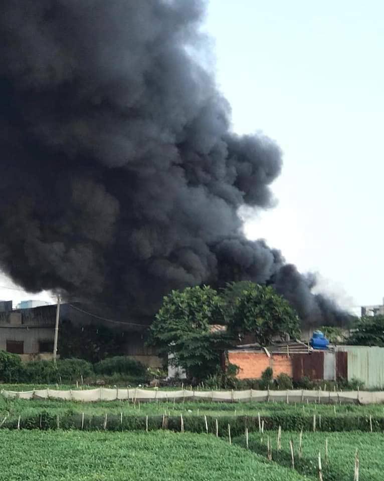 Hiện trường vụ hỏa hoạn với cột khói đen bốc cao nghi ngút