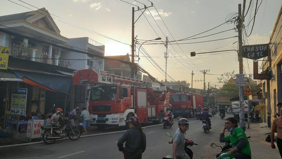 Hơn 10 phương tiện xe chữa cháy từ nhiều đơn vị được chi viện đến hỗ trợ dâp lửa