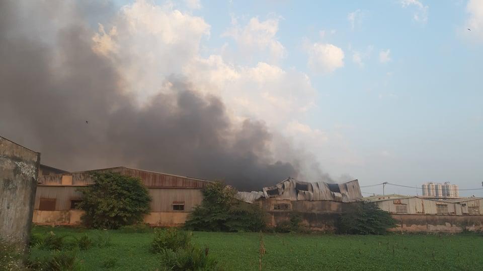 Đến 18g, đám cháy vẫn chưa được khống chế